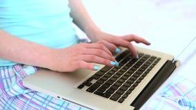 Kvinna som skrivar på henne bärbar dator stock video