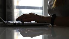 Kvinna som skriver text på en bärbar dator stock video