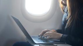 Kvinna som skriver textmeddelandet på bärbar datortangentbordet stock video