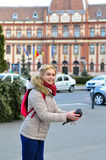 Kvinna som släpper duvan Royaltyfria Bilder