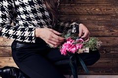 Kvinna som slår in julkransen med naturliga blommor Royaltyfria Bilder