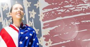 Kvinna som slås in i amerikanska flaggan mot den hand drog amerikanska flaggan och signalljuset Royaltyfri Foto
