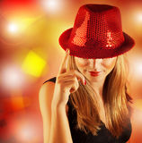 Kvinna som slitage den röda hatten arkivbilder