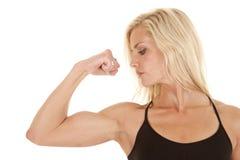 Kvinna som slitage den svarta armen för flex en fotografering för bildbyråer