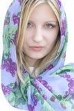 Kvinna som slitage en silk scarf. Arkivbild