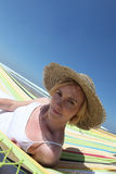Kvinna som slitage en sugrörhatt Royaltyfria Bilder