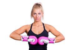 Kvinna som slitage rosa boxninghandskar Royaltyfria Bilder