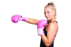 Kvinna som slitage rosa boxninghandskar Arkivfoto