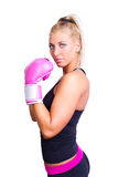 Kvinna som slitage rosa boxninghandskar Royaltyfria Foton