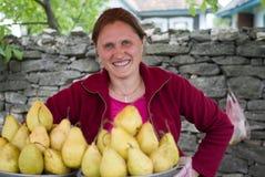 Kvinna som säljer frukter vid vägrenen, Ukraina Arkivbilder