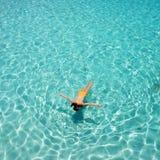 Kvinna som snorkeling Fotografering för Bildbyråer