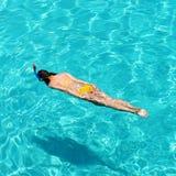 Kvinna som snorkeling Arkivbild