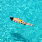 Kvinna som snorkeling Arkivfoto