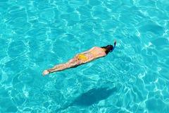 Kvinna som snorkeling Arkivbilder