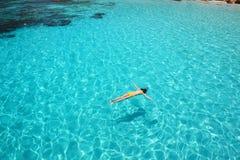 Kvinna som snorkeling Arkivfoton