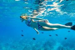 Kvinna som Snorkeling i tropiskt hav royaltyfri foto