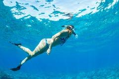 Kvinna som Snorkeling i tropiskt hav Royaltyfri Fotografi