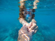 Kvinna som snorklar i det blåa havet royaltyfria bilder