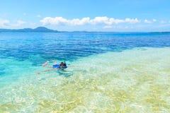 Kvinna som snorklar i det karibiska havet, turkosblått vatten, tropisk ö Indonesien Banyak ?ar Sumatra, turist- dyka lopp arkivfoton