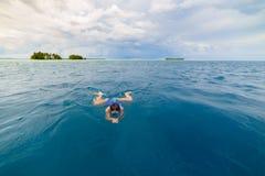 Kvinna som snorklar i det karibiska havet, turkosblått vatten, tropisk ö Indonesien Banyak ?ar Sumatra, turist- dyka lopp arkivfoto