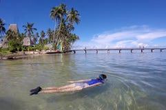 Kvinna som snorklar i en tropisk semesterort i Fiji royaltyfri fotografi