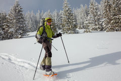 Kvinna som snowshoeing i Carpathian berg för vinter Royaltyfria Foton