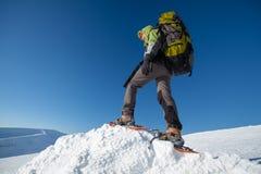 Kvinna som snowshoeing i Carpathian berg för vinter Fotografering för Bildbyråer