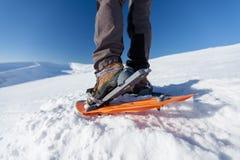 Kvinna som snowshoeing i Carpathian berg för vinter Arkivbilder