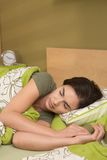 Kvinna som sovar i b-edroom Arkivbild