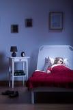 Kvinna som sover efter hårt arbete royaltyfri foto