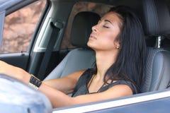 Kvinna som sover i bil fotografering för bildbyråer