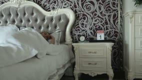 Kvinna som sover i ett lyxigt sovrum Lyxigt möblemang Morgon för ` s för affärskvinna stock video