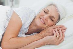 Kvinna som sover i säng Royaltyfri Foto