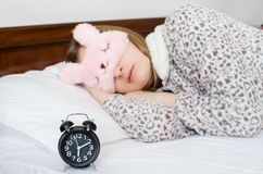 Kvinna som sover med ringklockan royaltyfri foto
