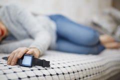 Kvinna som sover med smartwatch arkivfoto