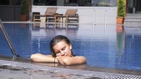 Kvinna som sover och vilar i simbassäng arkivfilmer