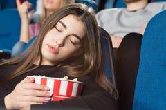 Kvinna som sover på bion Royaltyfria Bilder