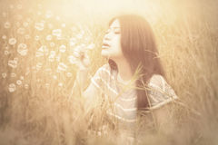Kvinna som spelar bubblan på fältet med instagramfiltret Royaltyfri Fotografi