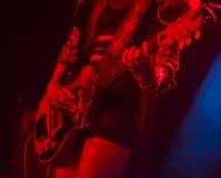 Kvinna som spelar den elektriska gitarren på etapp Royaltyfri Foto