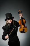 Kvinna som spelar den klassiska fiolen i musikbegrepp Royaltyfria Foton