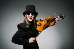 Kvinna som spelar den klassiska fiolen i musikbegrepp Royaltyfri Bild