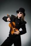 Kvinna som spelar den klassiska fiolen i musikbegrepp Arkivfoto