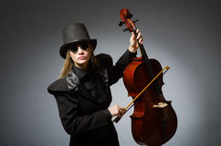 Kvinna som spelar den klassiska violoncellen i musikbegrepp Royaltyfri Fotografi