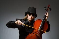 Kvinna som spelar den klassiska violoncellen i musikbegrepp Royaltyfri Bild