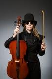 Kvinna som spelar den klassiska violoncellen i musikbegrepp Royaltyfria Foton