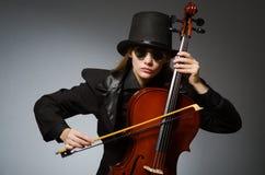 Kvinna som spelar den klassiska violoncellen i musikbegrepp Arkivbild