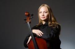 Kvinna som spelar den klassiska violoncellen i musikbegrepp Arkivfoton