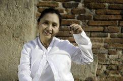 Kvinna som spelar en klocka, traditionellt van vid hjälpmedelmeditation Arkivfoton