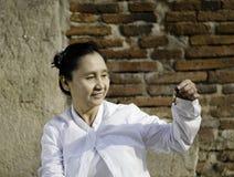 Kvinna som spelar en klocka, traditionellt van vid hjälpmedelmeditation i Bu Royaltyfri Fotografi