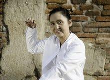 Kvinna som spelar en klocka, traditionellt van vid hjälpmedelmeditation i Bu Royaltyfri Bild